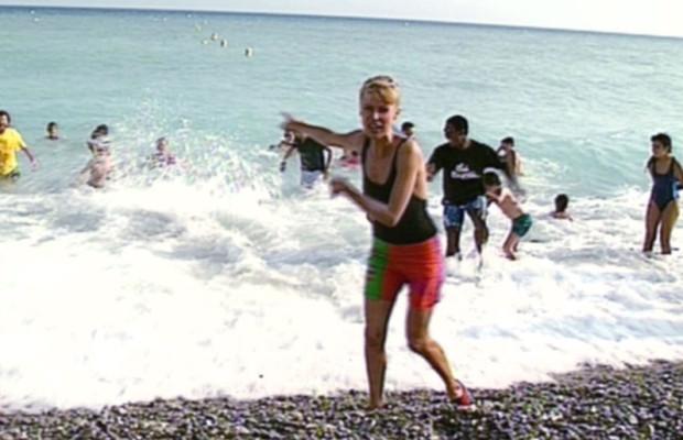 Dorothée chante Vive les Vacances sur la plage à Nice